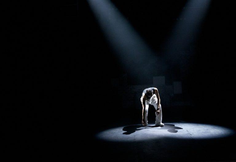 Image illustrative d'un artiste sur scène durant un spectacle